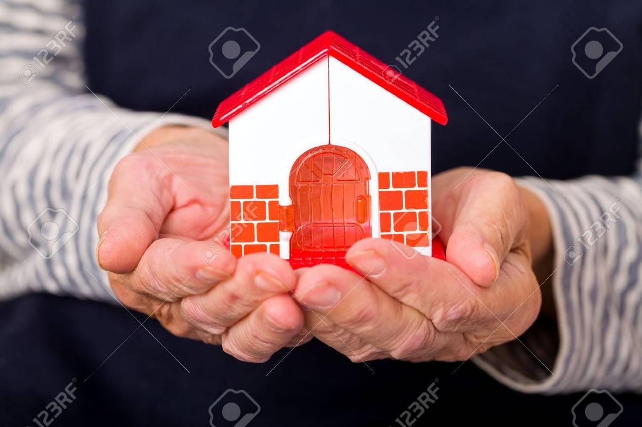 Close up photo of miniature house holding in hands Standard-Bild - 44593901