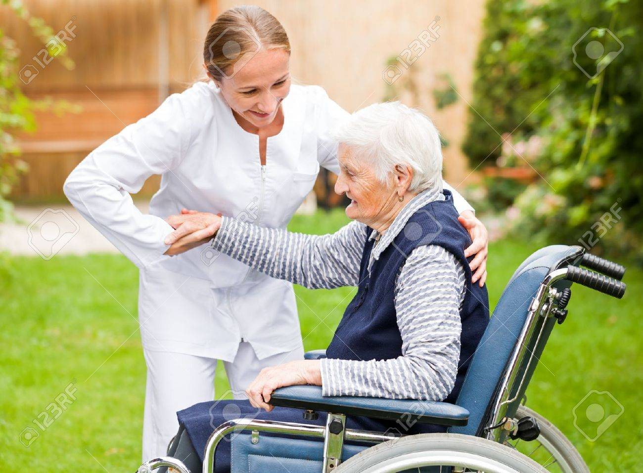 Photo of young carer helping the elderly woman Standard-Bild - 44600662
