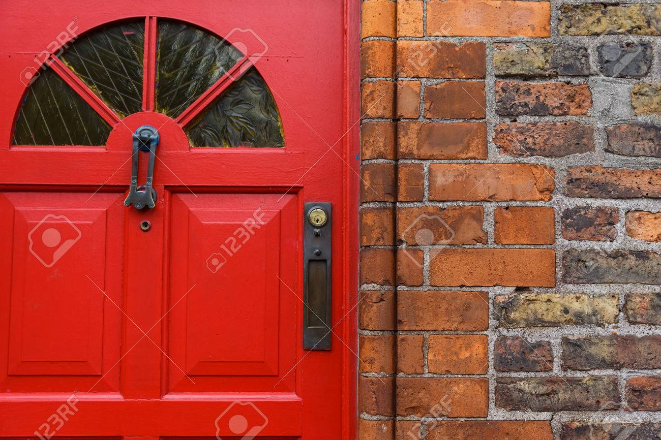 Detailed photo of a red front door and brick wall Standard-Bild - 55101235