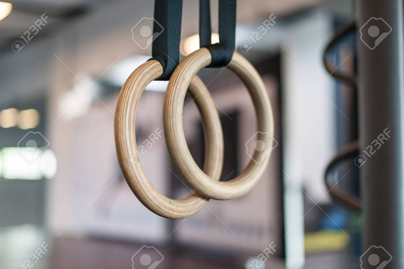 Wooden turn rings in fitness hall - 122275524