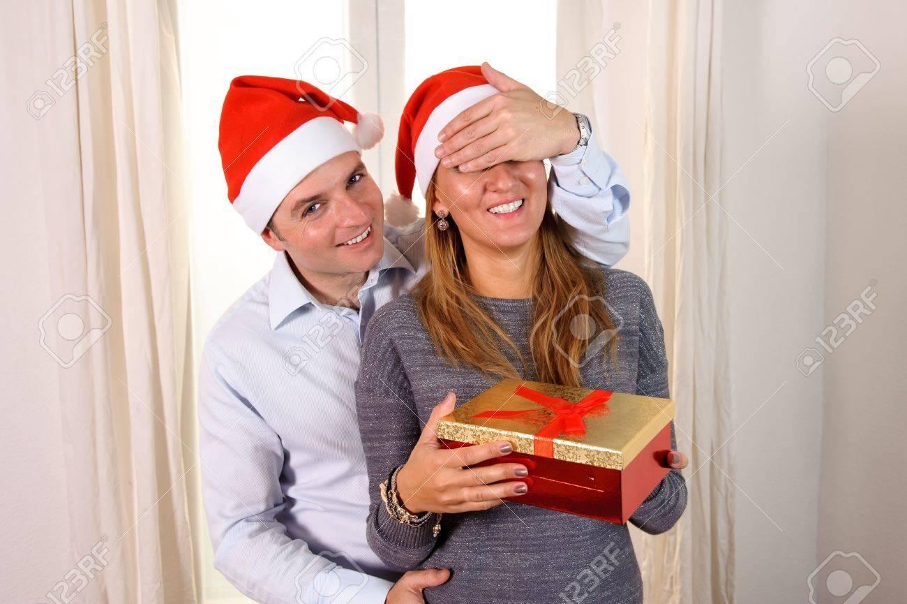 Cadeau De Noel Romantique Pour Homme.Romantique Jeune Homme Donnant Cadeau De Noël Surprise Pour Femme Heureuse