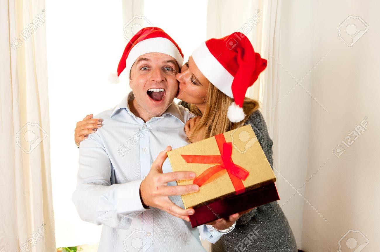 Glücklicher Junger Mann Öffnungs-Weihnachtsgeschenk Mit Schöner Frau ...