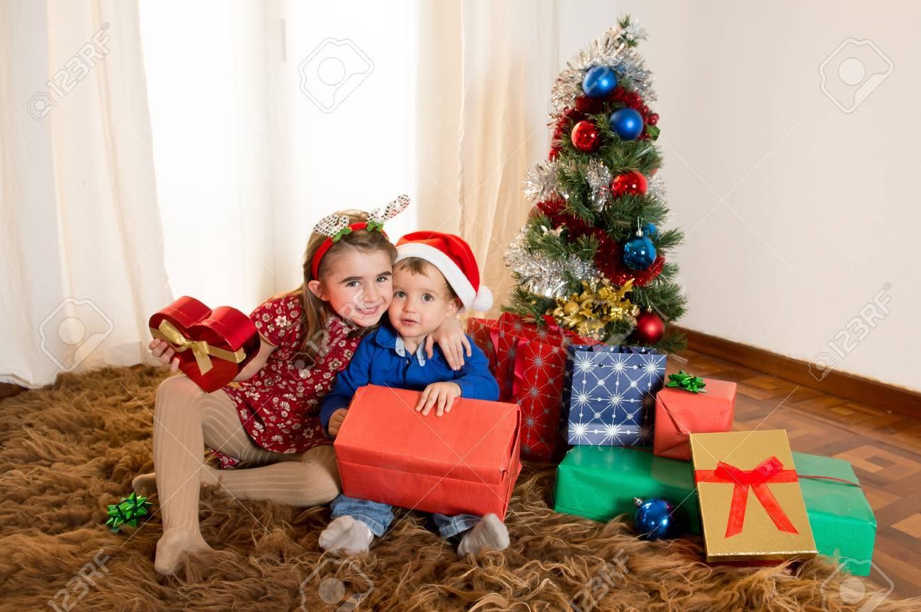 Regalos Para Ninos Pequenos.Cute Ninos Pequenos Sobre Alfombra Abriendo Los Regalos De Navidad