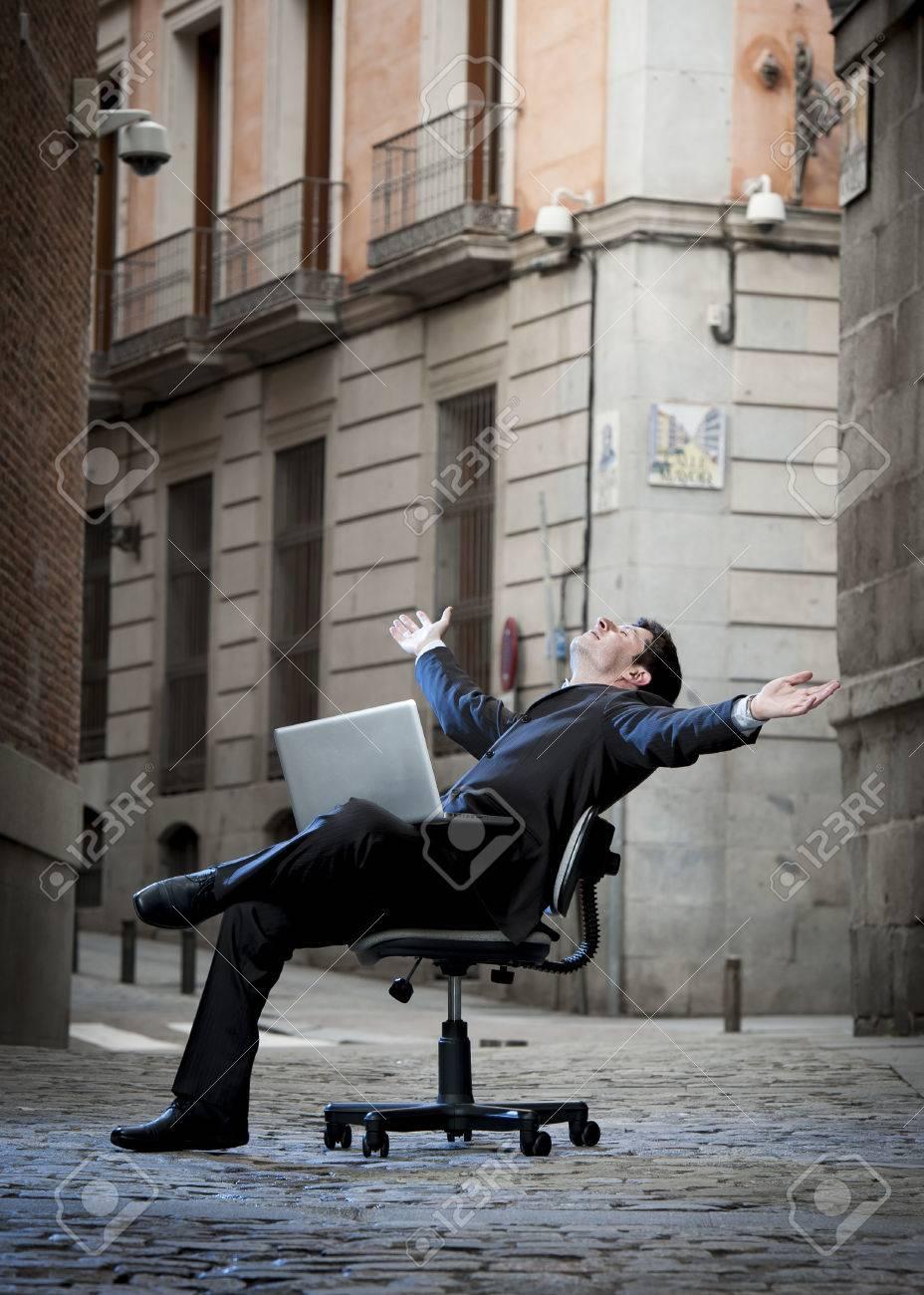 Assis Rue D'affaires Ordinateur Homme Sur La Bonne Avec Une Chaise De Détendue Bureau jSzMVGLUqp