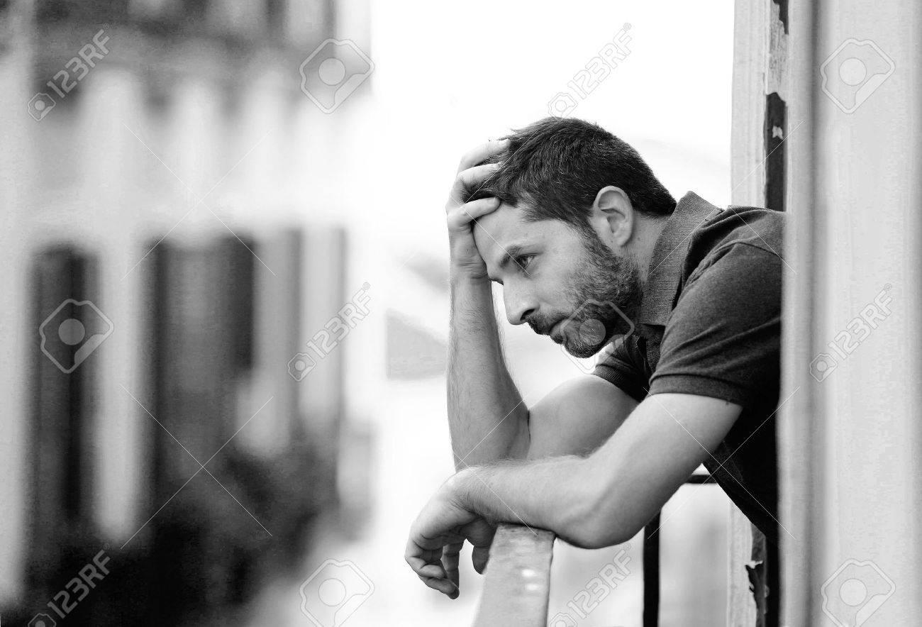 ef9740e69 Hombre joven sola en la casa fuera balcón con aspecto deprimido, destruido,  triste y sufrimiento emocional crisis y la pena pensar en tomar una ...