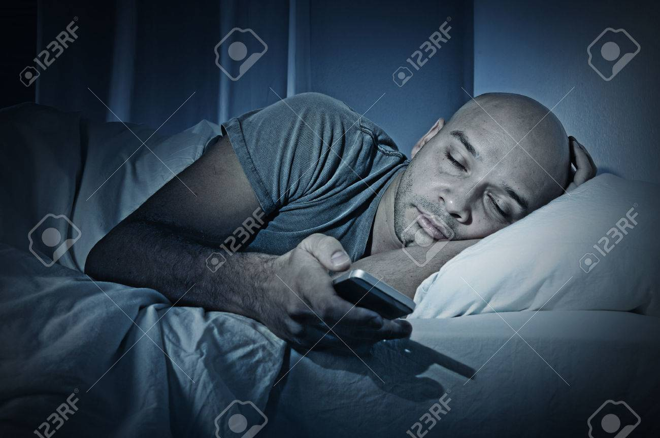 Jonge Mobiele Telefoon Verslaafde Man Slapen 's Nachts In Bed ...