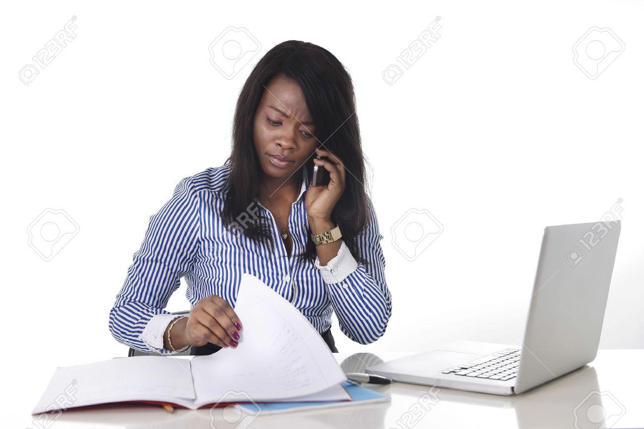 Noir femme africaine ethnicité américain travaillant dur en tant