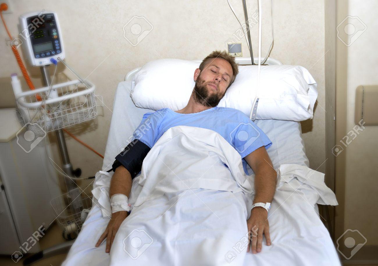 Jeune Homme Patient Blessé Couché Dans Son Lit Chambre D'hôpital on