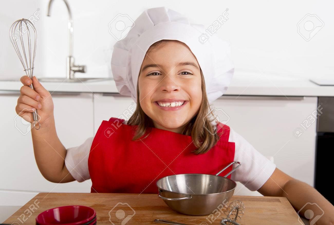 4 O 5 Años De Edad Niña Dulce En Delantal Rojo Y Cocinar El Sombrero ...