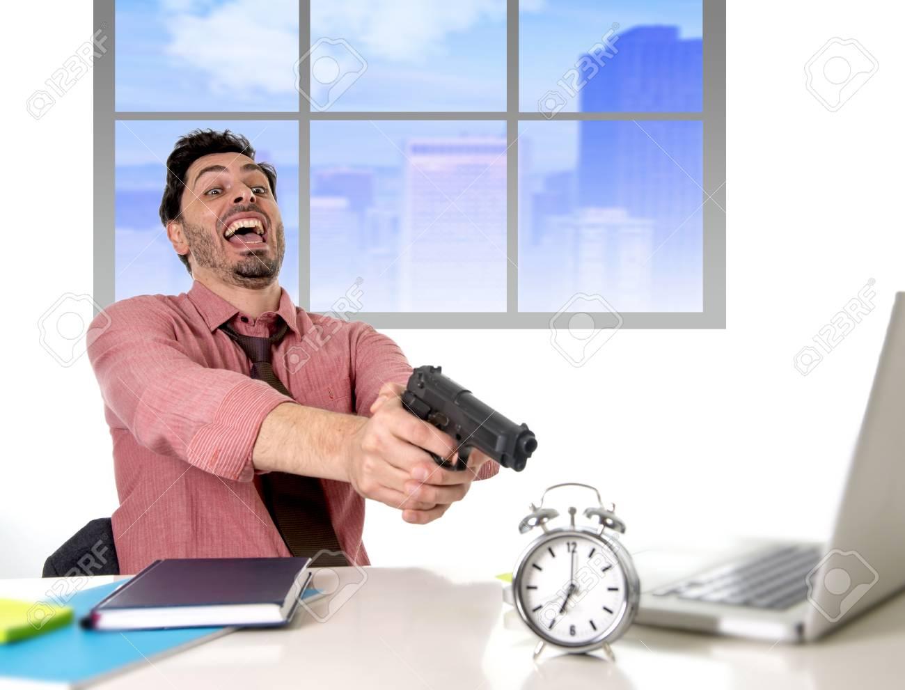 Jeune homme daffaires attrayant travaillant au bureau dordinateur