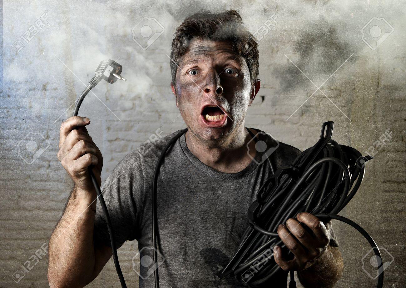 Jungen Untrainierten Mann Elektrische Kabel Von Häuslicher Unfälle ...