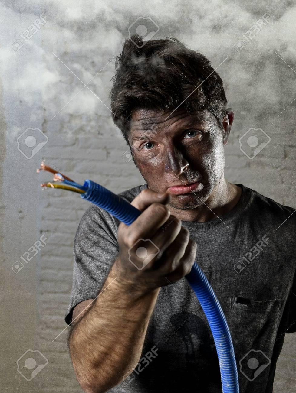 Junger Mann Elektrisches Kabel Rauchen Nach Häuslicher Unfälle Mit ...