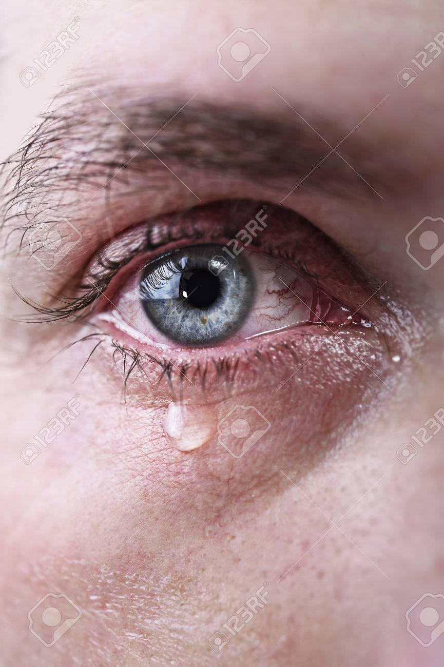 Cerca De Los Ojos Azules Del Hombre Llorando Con Lágrimas Tristes Y