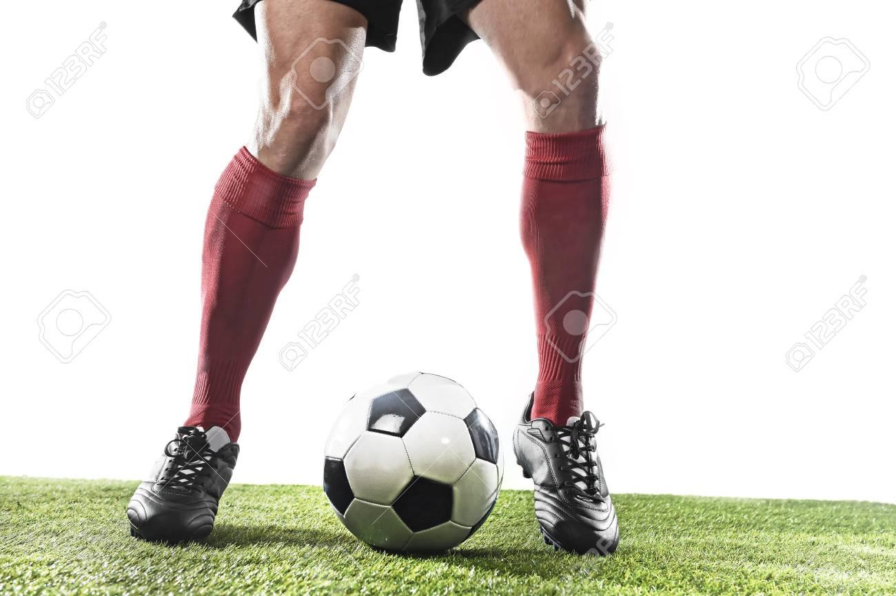Zapatos Hierba Ejecutan De Y Del Pelota Aislado El En Rojas Se Con En Jugador Medias Que Fondo Fútbol Y Verde Negros Campo El De En Goteo Jugando La P1wBP0