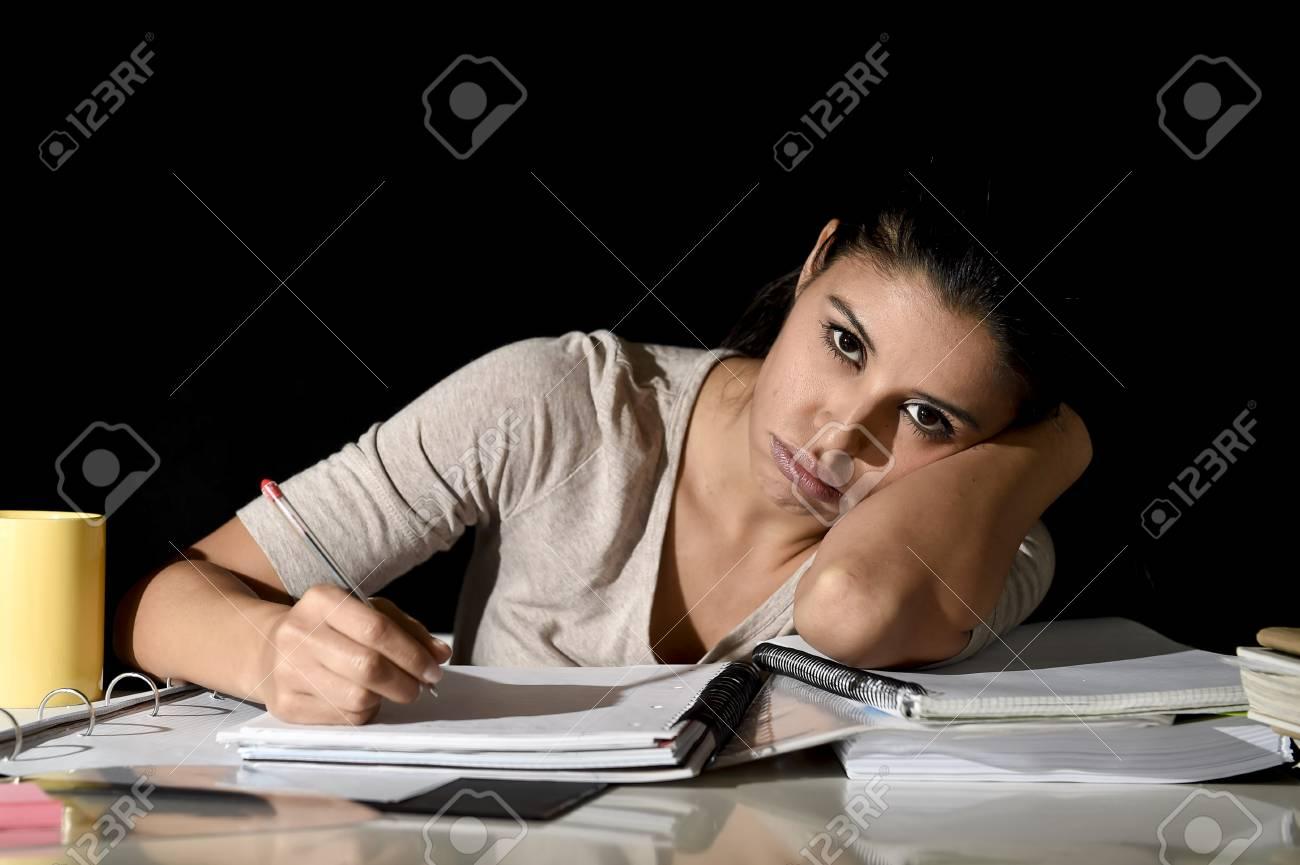 Junge Schöne Spanische Mädchen Studieren Müde Und Gelangweilt Am ...