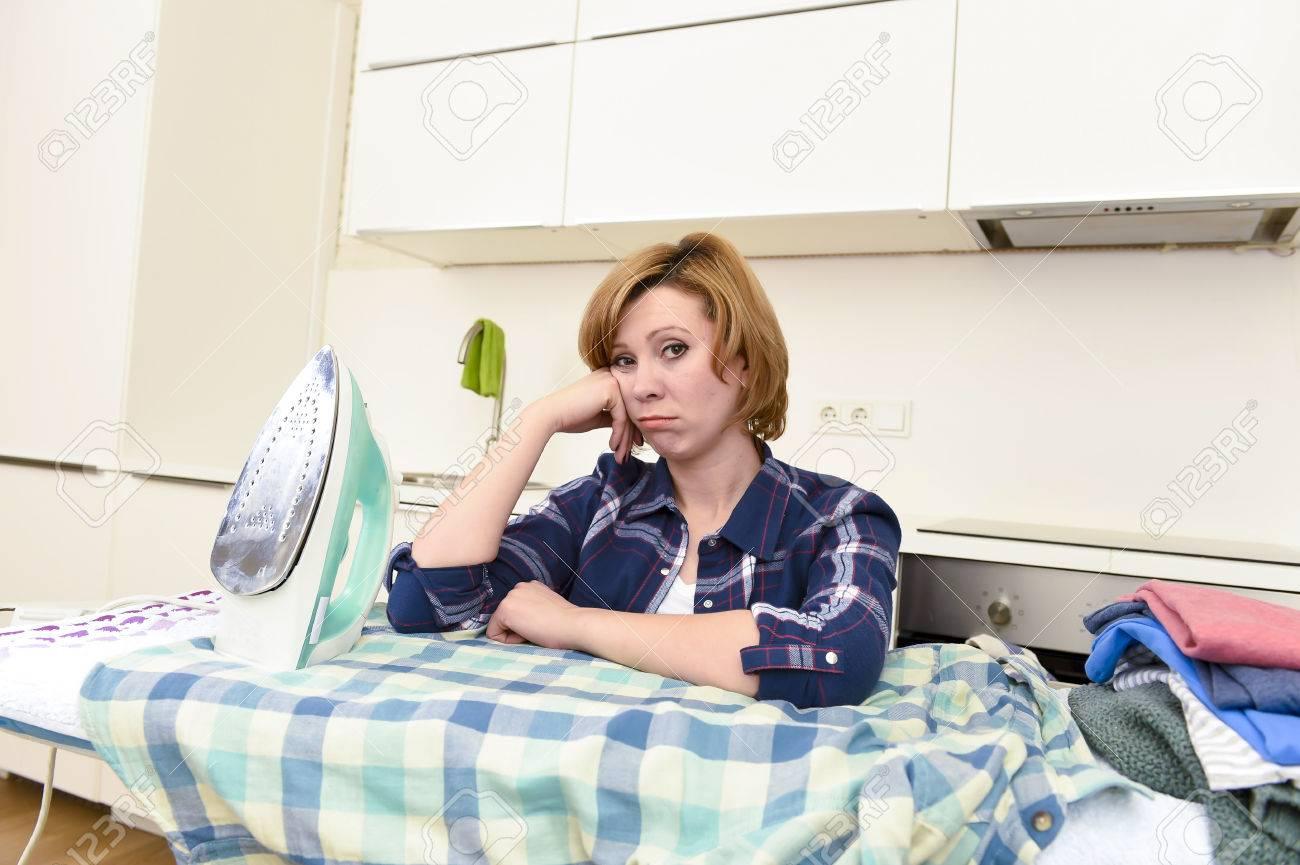 Junge Schöne Und Traurige Frau Oder Beschäftigt Hausfrau Bügeln Hemd ...