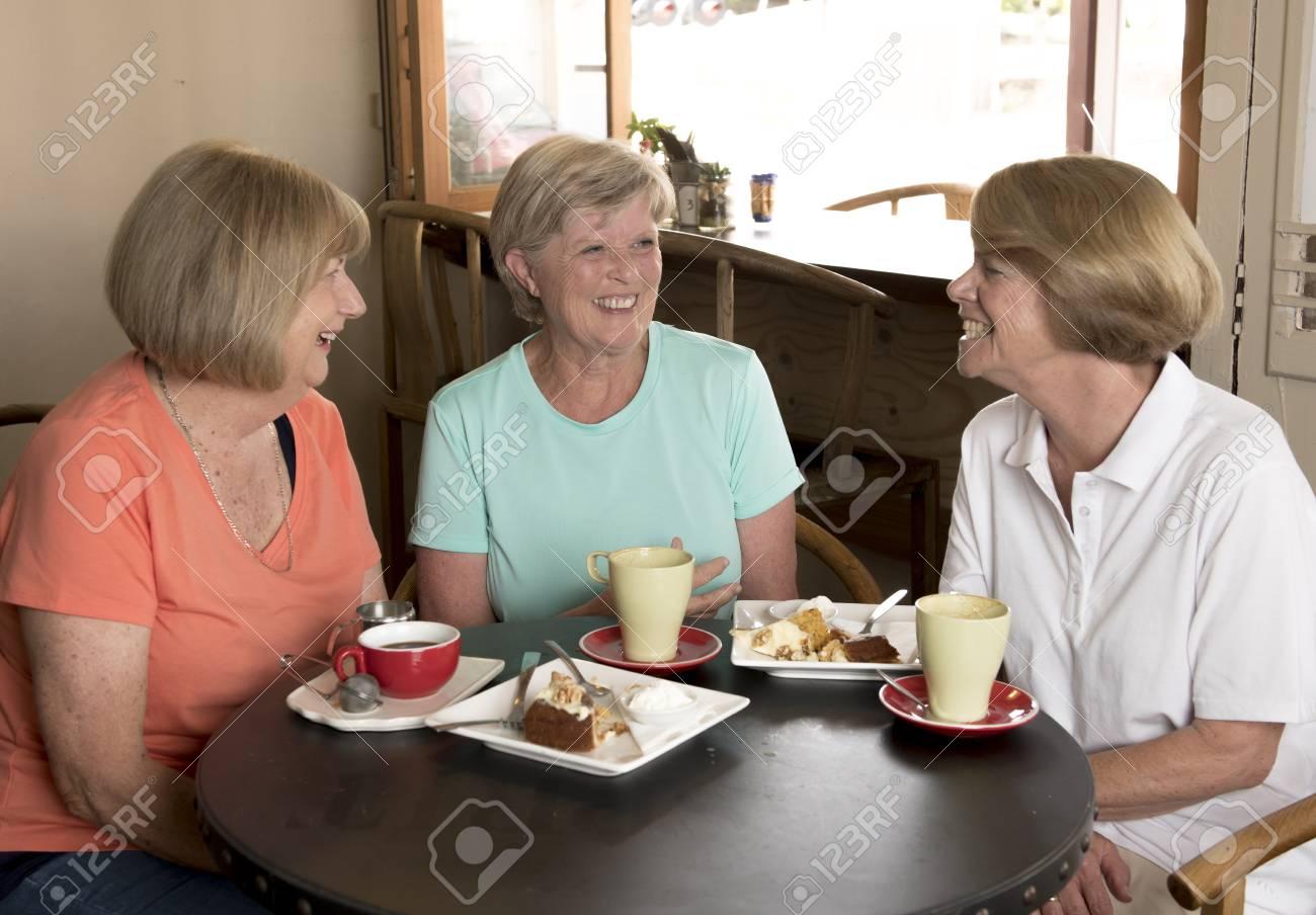 Amigas Maduras grupo de tres encantadora edad media senior mujeres maduras amigas reunión  para café y té con pasteles en la cafetería compartir tiempo juntos