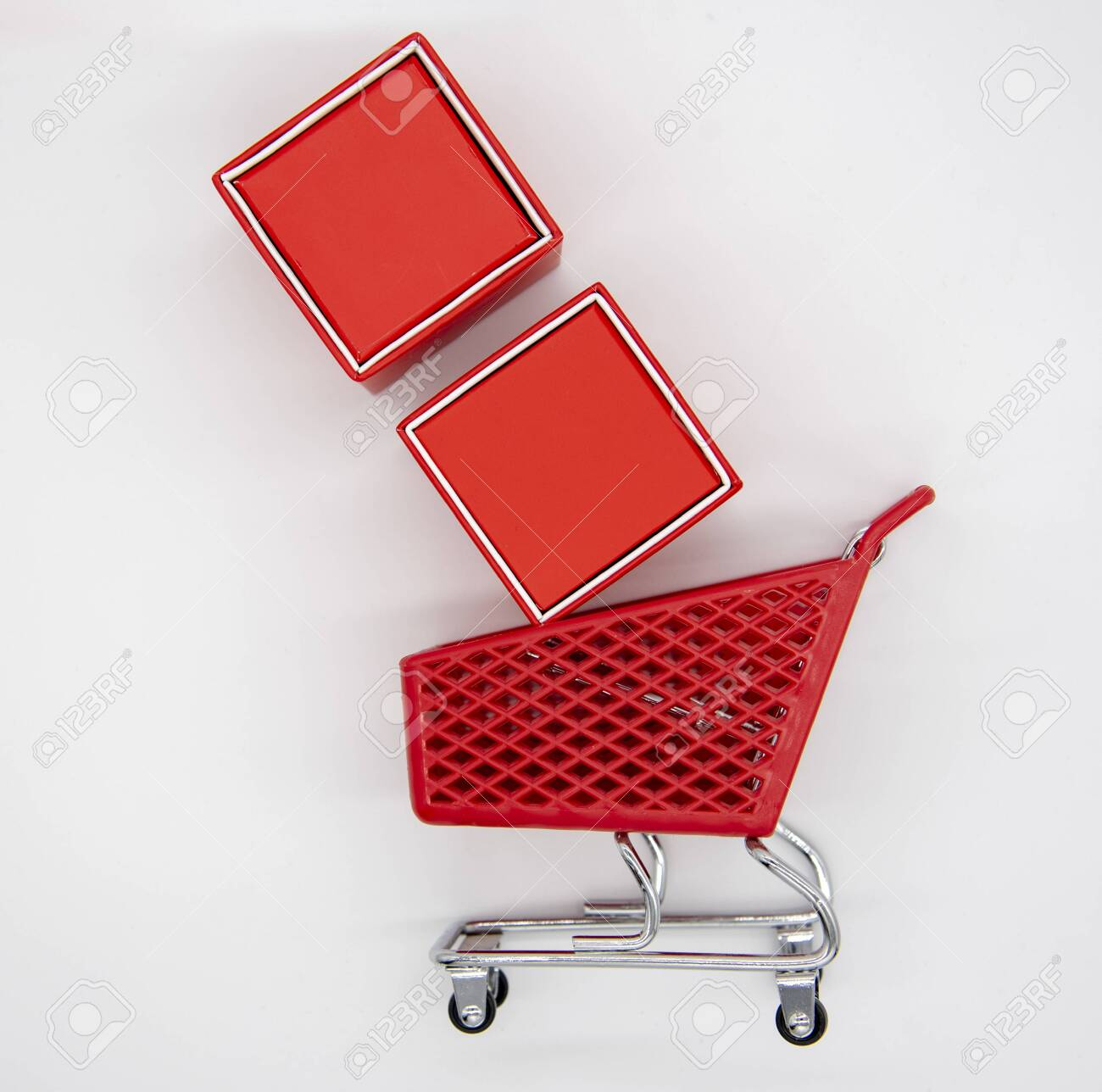 Shopping Cart And Red Gift Boxes On A Light Gray Background Royalty Free Stok Fotograf Resimler Gorseller Ve Stok Fotografcilik Image 136157370