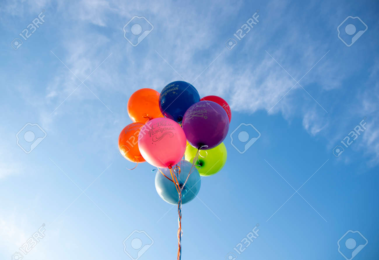 Bright balloons with the inscription in Russian Happy Birthday on the background of a bright blue sky. Festive background. - 151183042