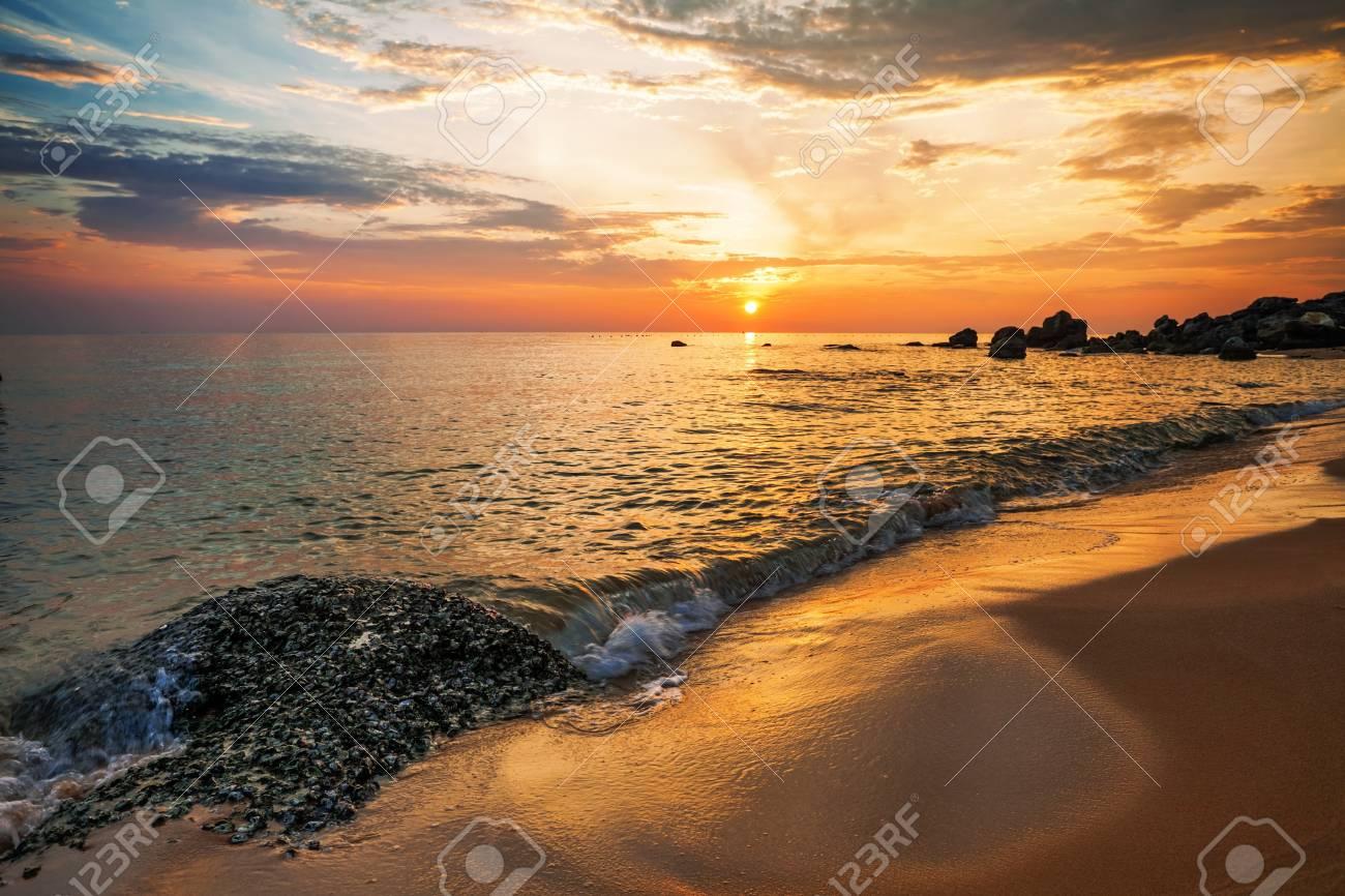 Sonnenliegen Am Strand Gegen Blauen Meer Bei Sonne Tag Lizenzfreie