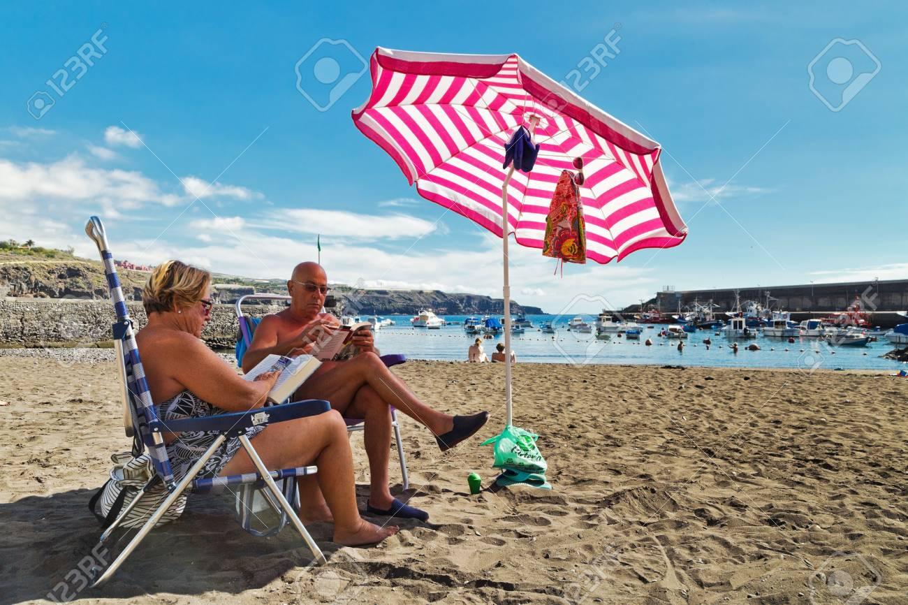 Sole Sotto L Ombrellone.Tenerife Spagna 6 Novembre 2015 Uomo Anziano E La Donna Prendere Il Sole Sotto L Ombrellone Sulla Spiaggia Di San Juan Sull Isola Di Tenerife