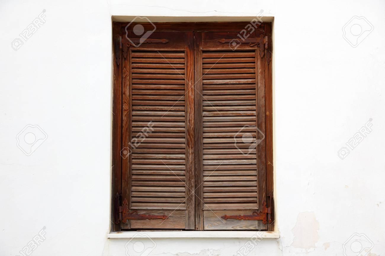 Fermeture Des Volets En Bois à Une Fenêtre Banque Dimages Et Photos