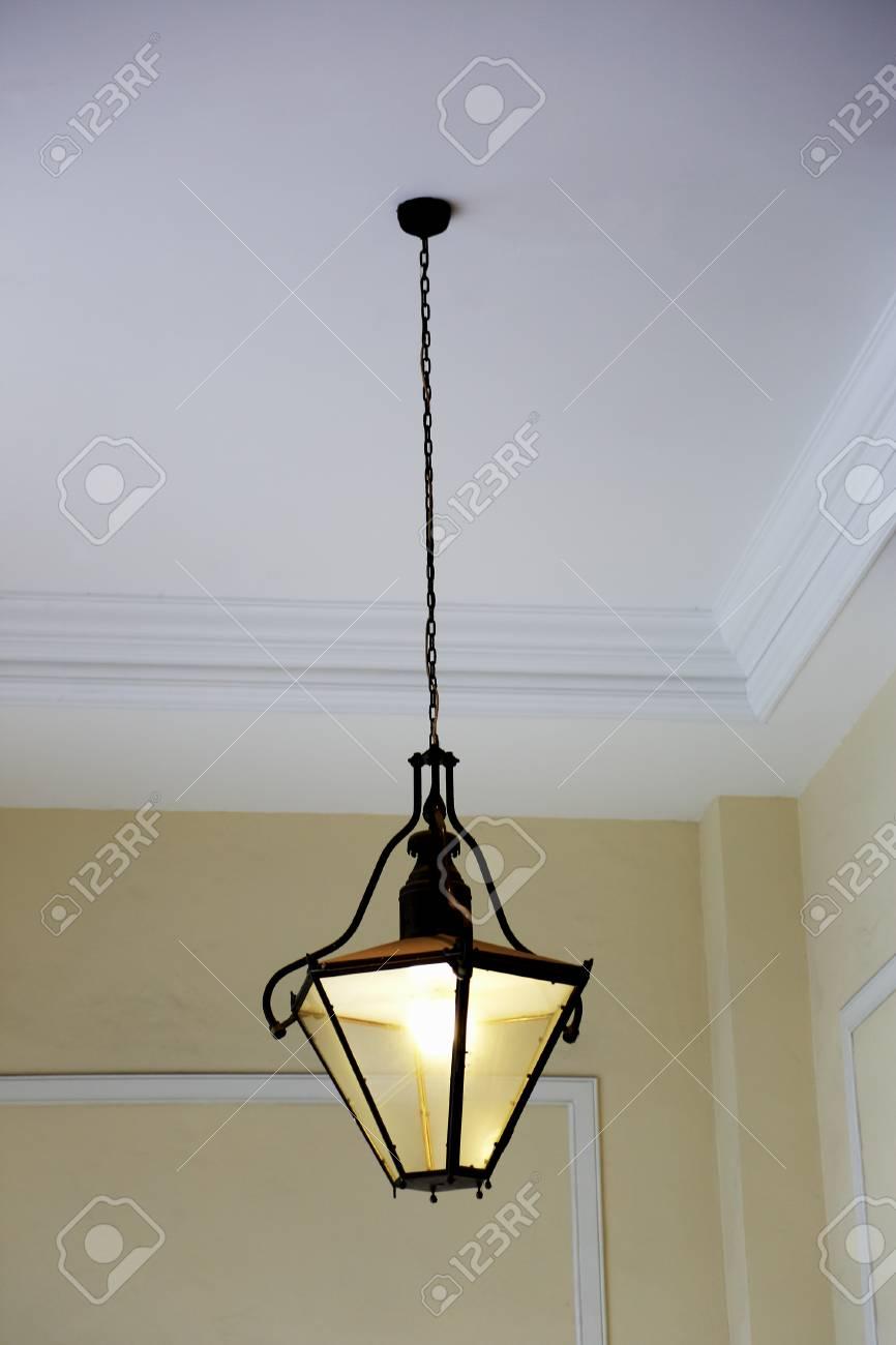 Eisen Lampe eisen-lampe hängend an einer kette lizenzfreie fotos, bilder und