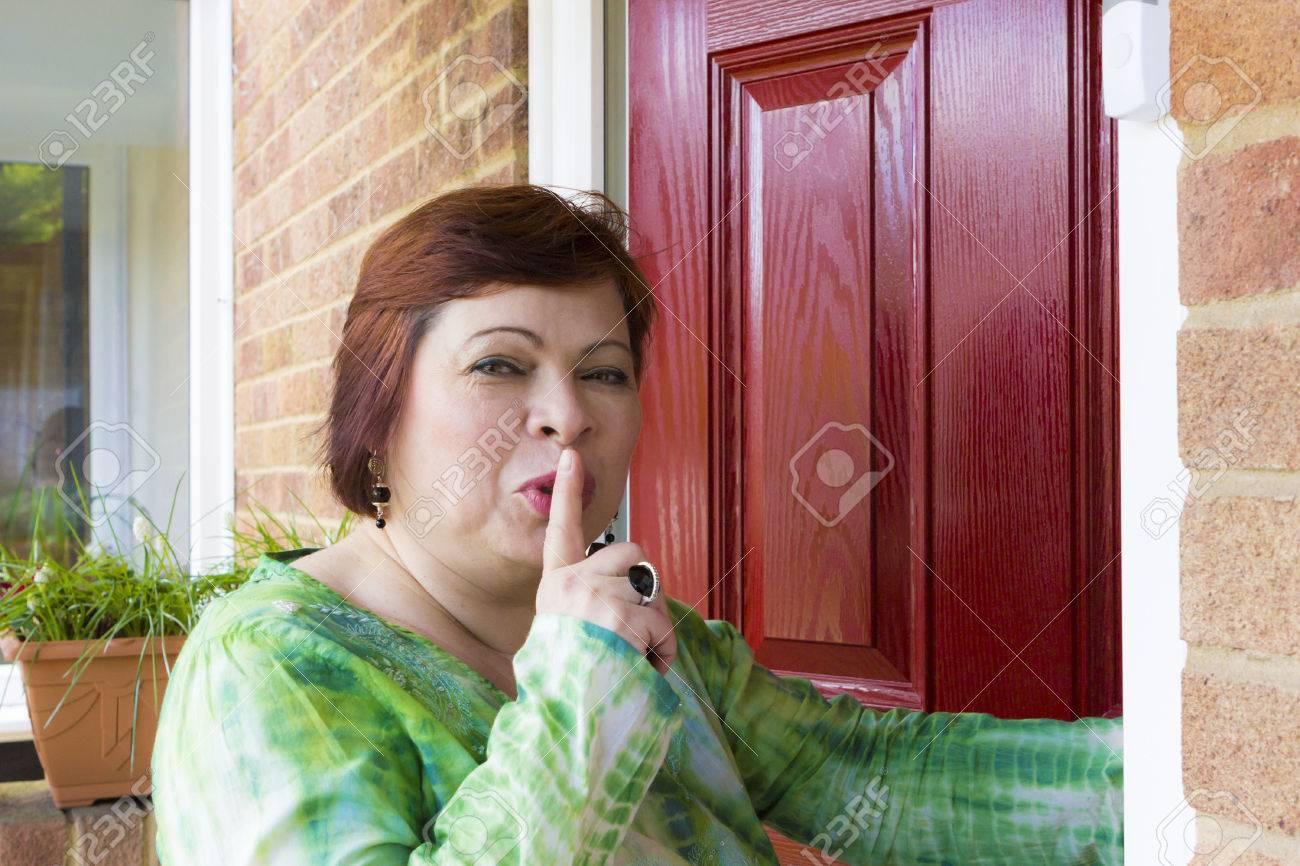 の 熟女 隣 背徳感溢れる隣人同士の不倫SEXに燃え上がる中年男と四十路妻 小池絵美子