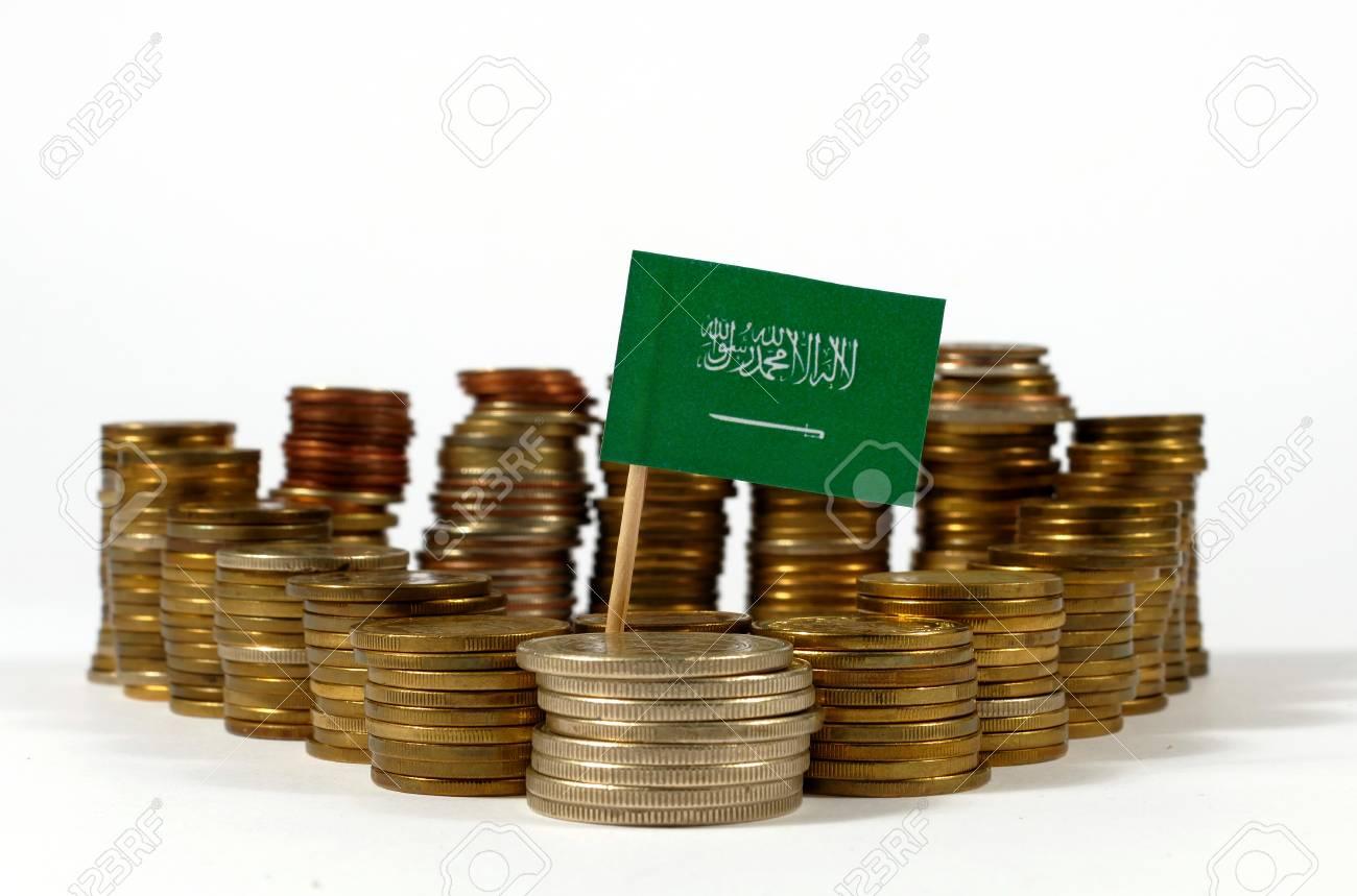 Saudi Arabien Fahnenschwingen Mit Stapel Geld Münzen Lizenzfreie