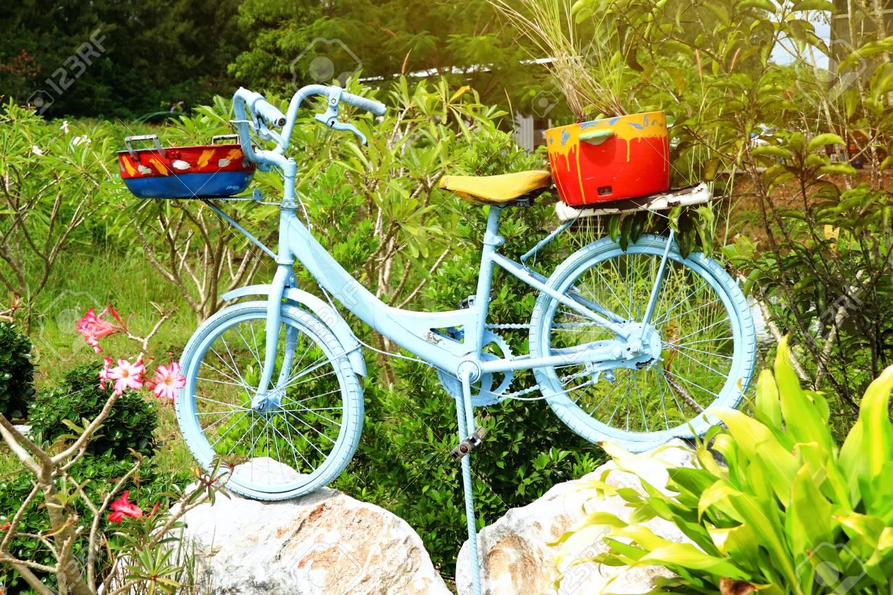 Old Bicycle Decorating The Garden Lizenzfreie Fotos Bilder Und