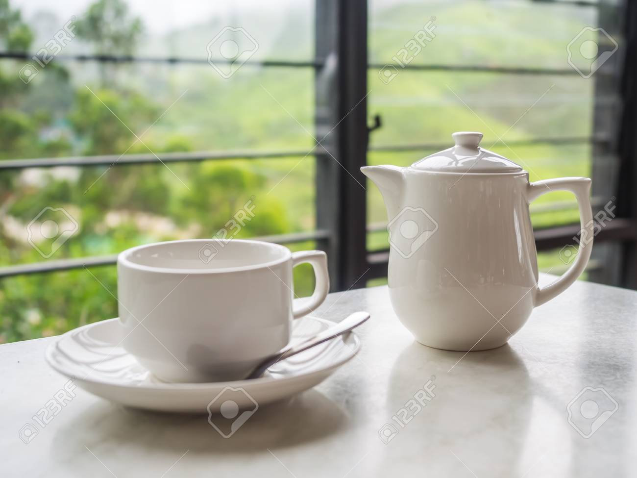 Weiße Teekanne weiße teekanne und tasse auf dem tisch im boh teeplantage
