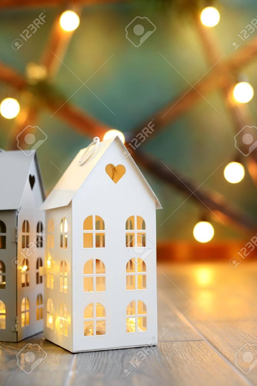 Kleines Spielzeug Weihnachten Häuser Mit Einem Brennenden Licht Im ...