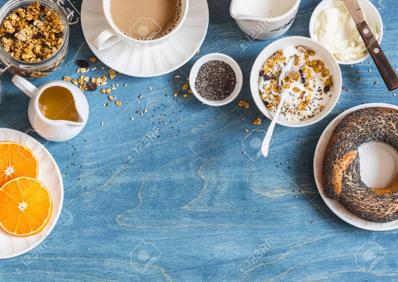 Banque d images - Réglage du petit déjeuner sur la table bleue avec bordure  de l espace de copie. Yogourt, granola de citrouille, bagel, beurre. 337fda0df05b
