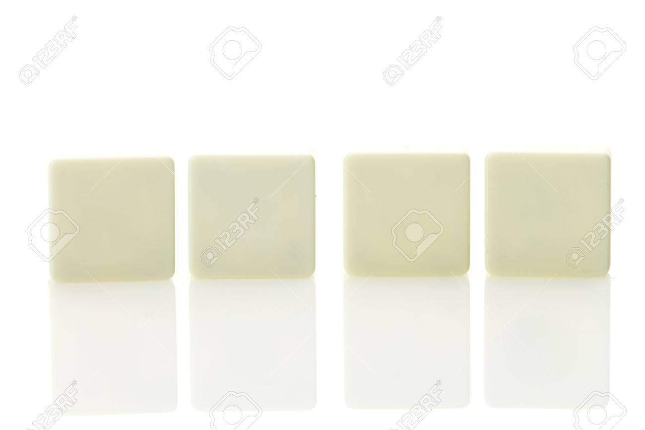 Tegel Met Tekst : Vier lege plastic tegel stukken voor tekst in een rij geïsoleerd op