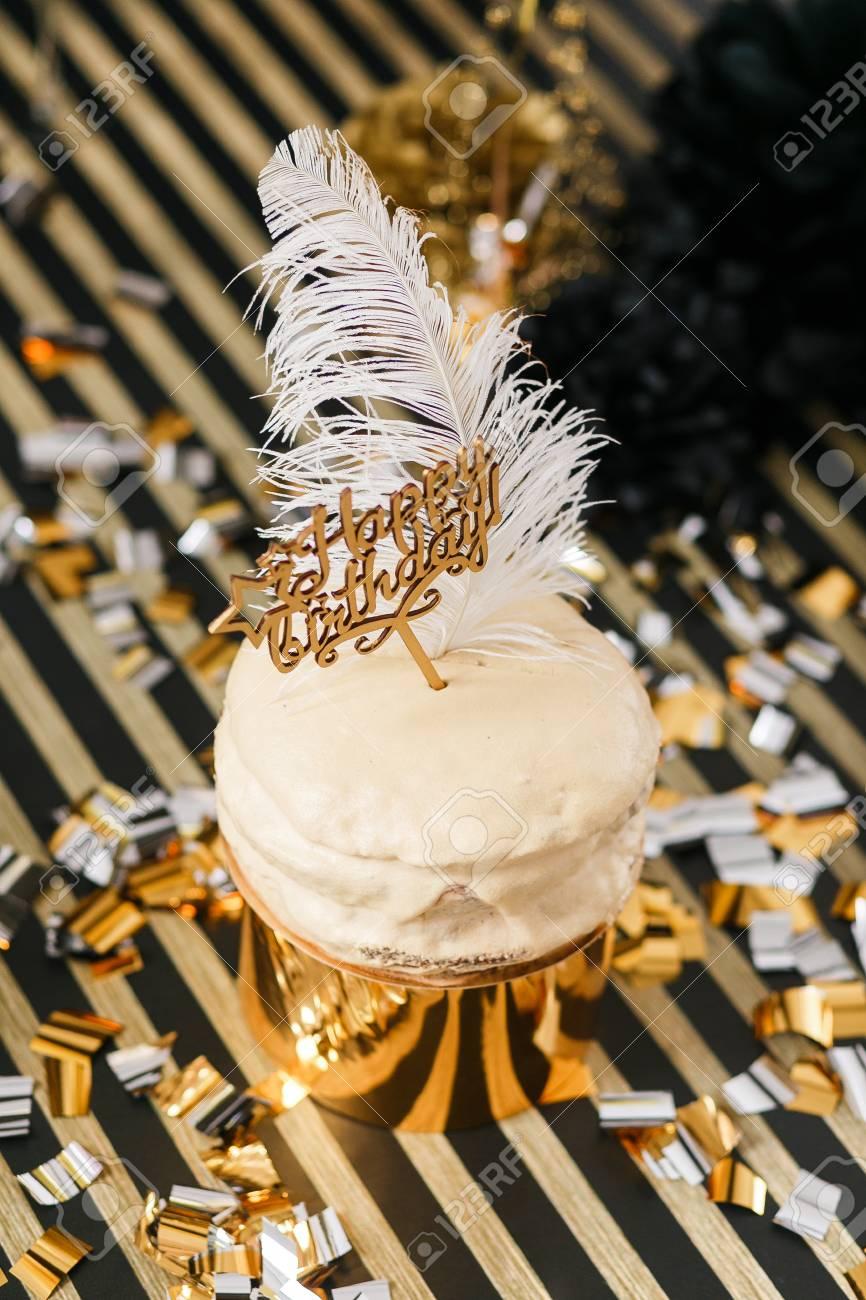 Gâteau Danniversaire Avec Décoration Or Et Noir Divers Ballons Signe De Joyeux Anniversaire