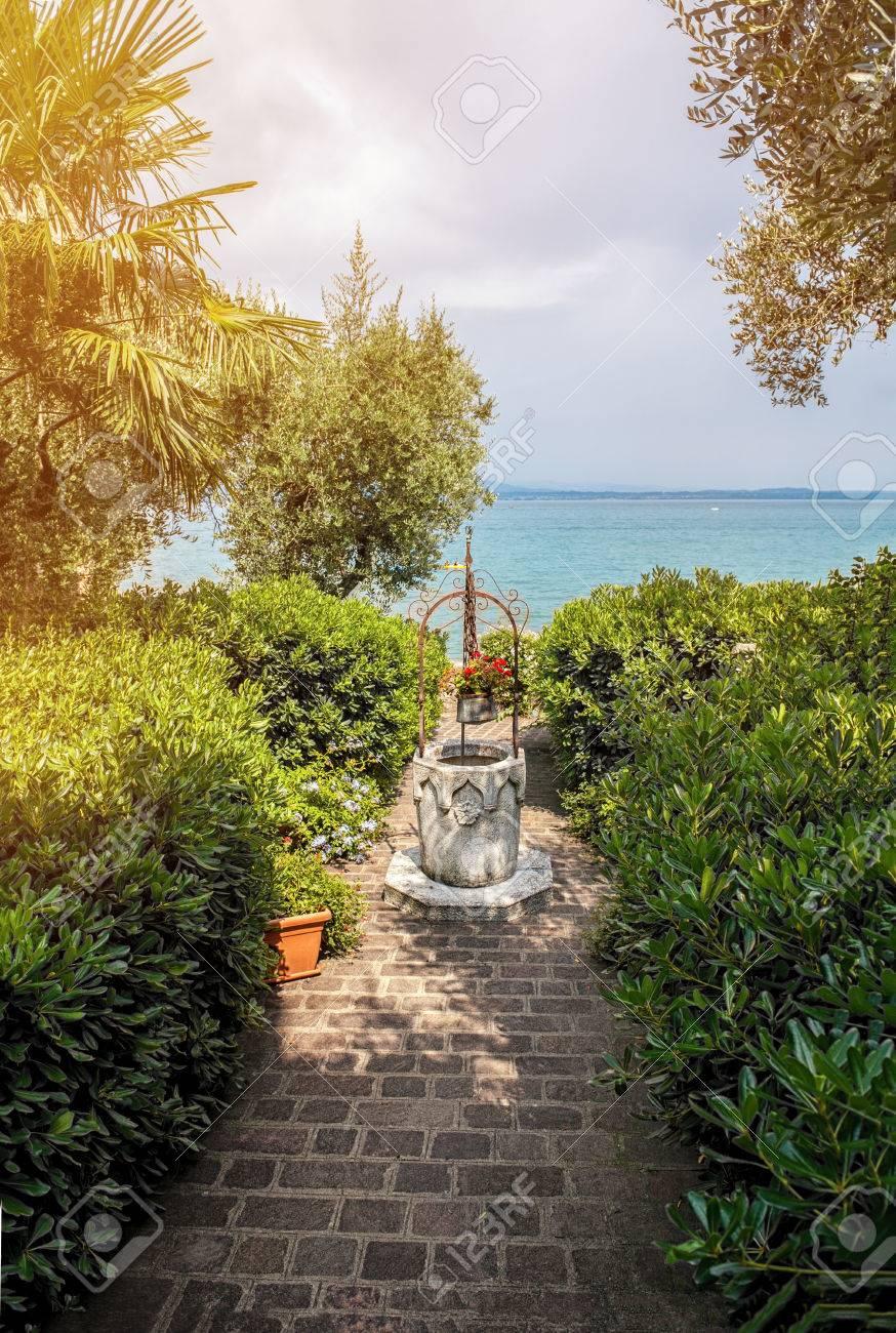Schöne Mediterrane Landschaft, Der Weg Zum Meer Durch Den Garten Mit  Dekoration. Standard