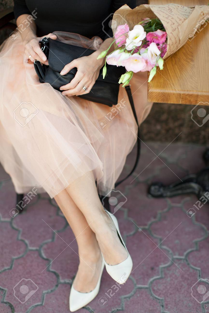 Attente Ville Journée Chaussures Main Fleurs Jupe Noir Sac Femme De Des Joie Blanches La Tutu Avec Talon tdQBshCxro