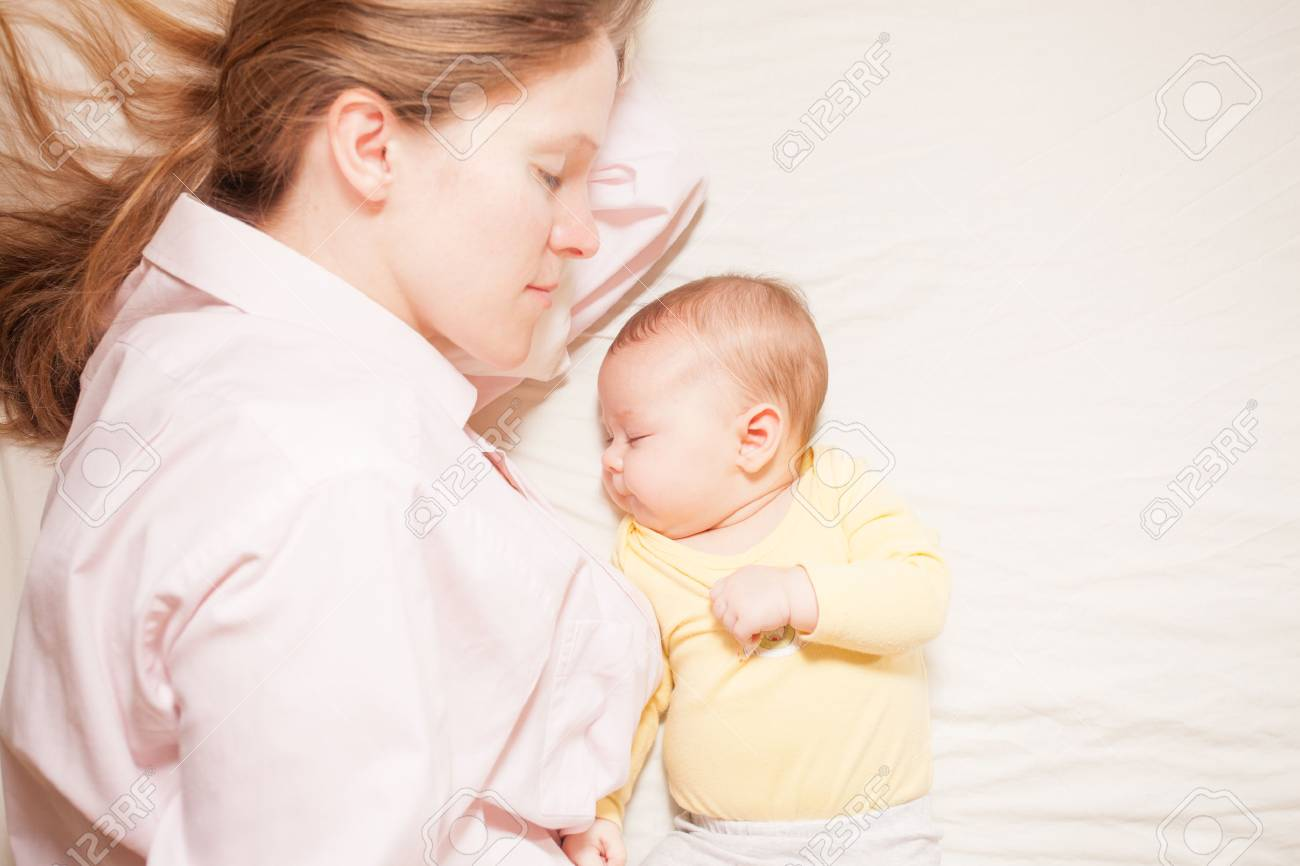 co-sleeping mother and baby - 38202913