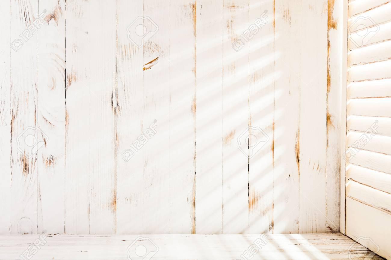 Venetian blinds sunlight on the shabby wooden wall - 41163015