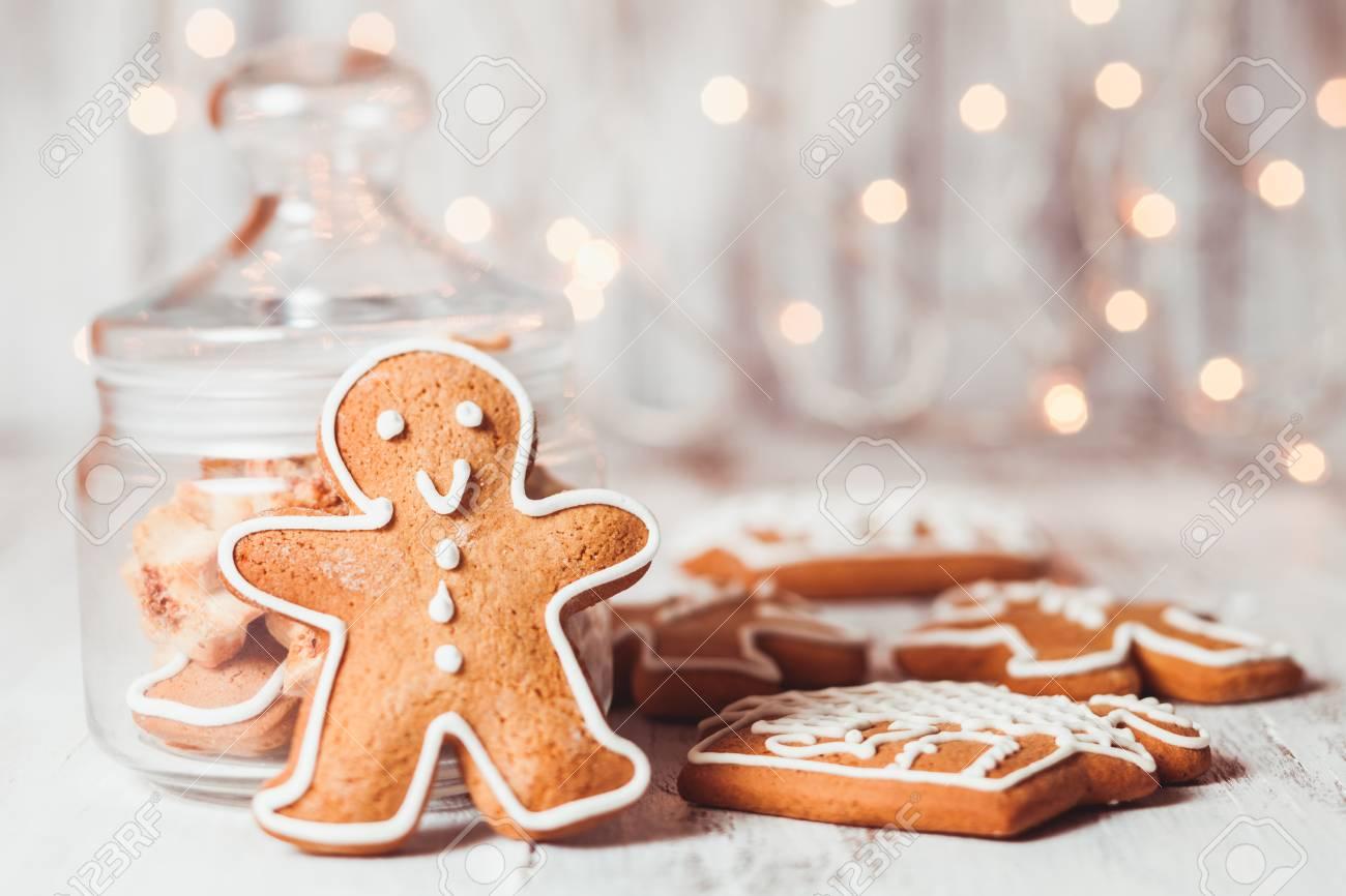 Lebkuchenplätzchen Auf Einem Tisch Und Weihnachtsbeleuchtung Im ...