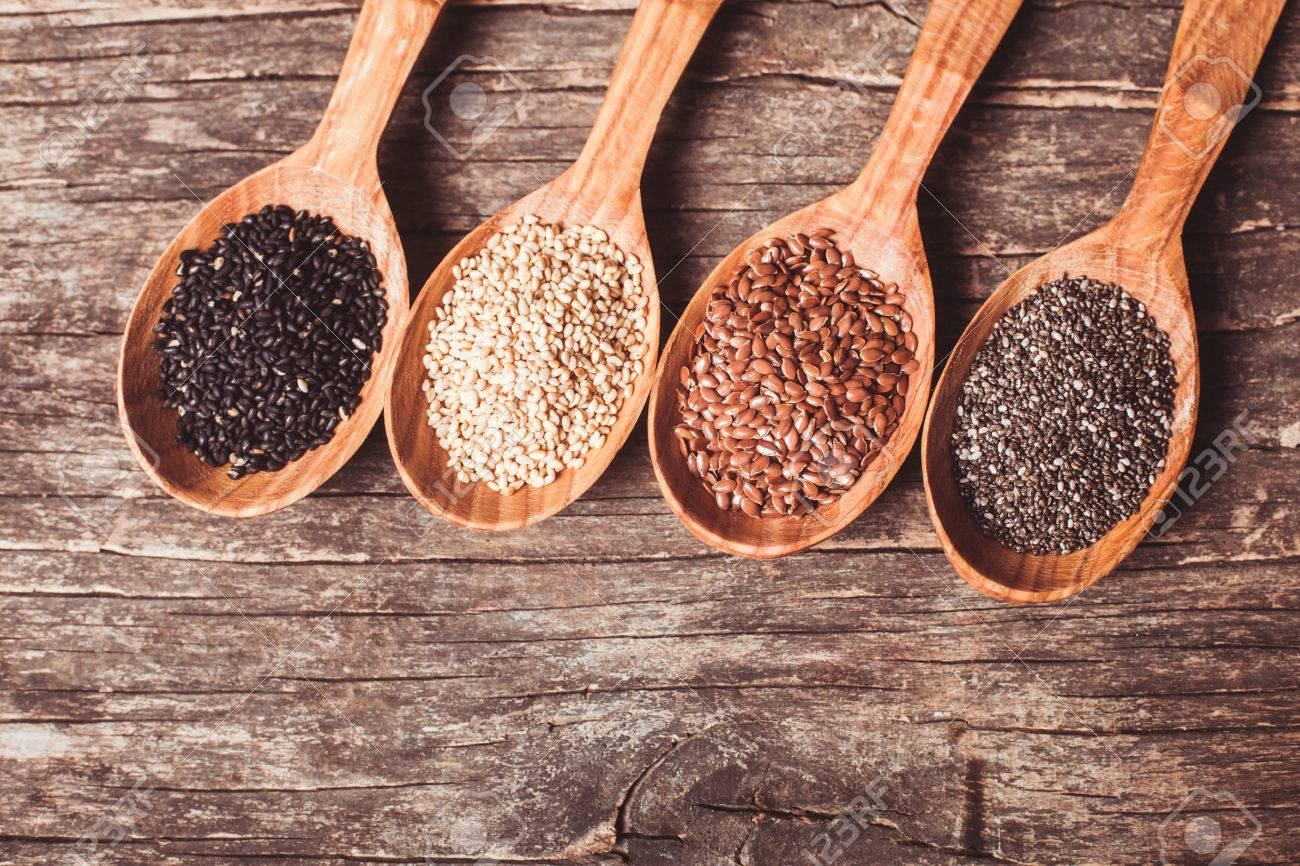 42729485-las-semillas-de-ch%C3%ADa-y-lino-s%C3%A9samo-blanco-y-negro-en-las-cucharas-de-madera