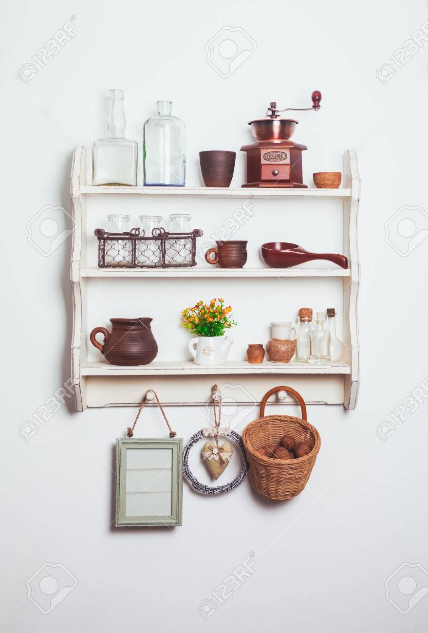 Estantes de la cocina blancos en estilo rústico con utensilios de cocina en  la pared blanca 00342304aea2