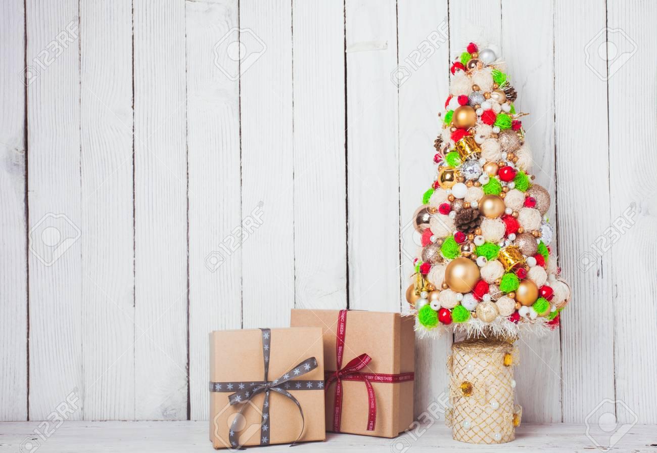 Adornos Navidenos Hechos A Mano En La Mesa Y Caja De Manualidades - Manualidades-de-adornos-navideos
