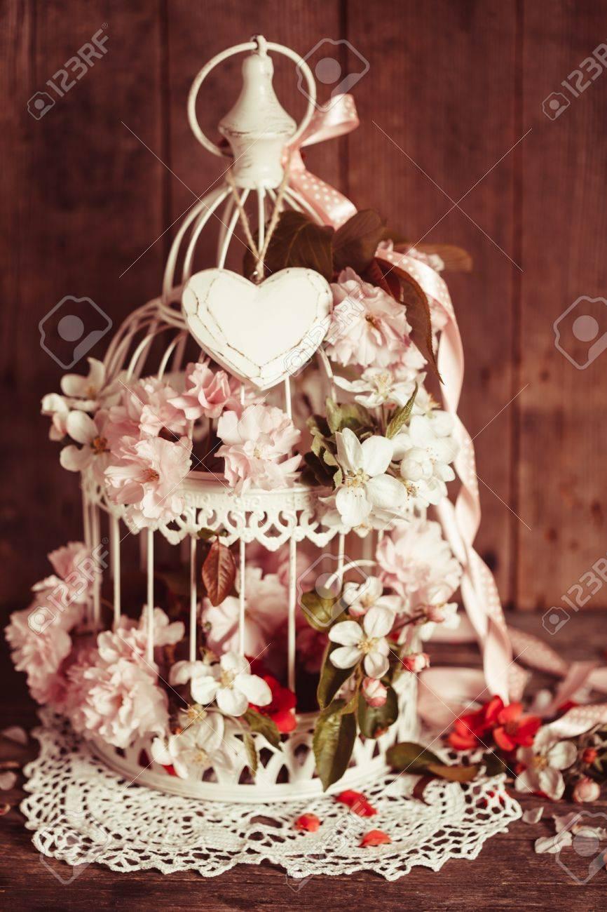 Vogelkafig Mit Holzernem Herz Mit Kirschblute Und Apfelblumen