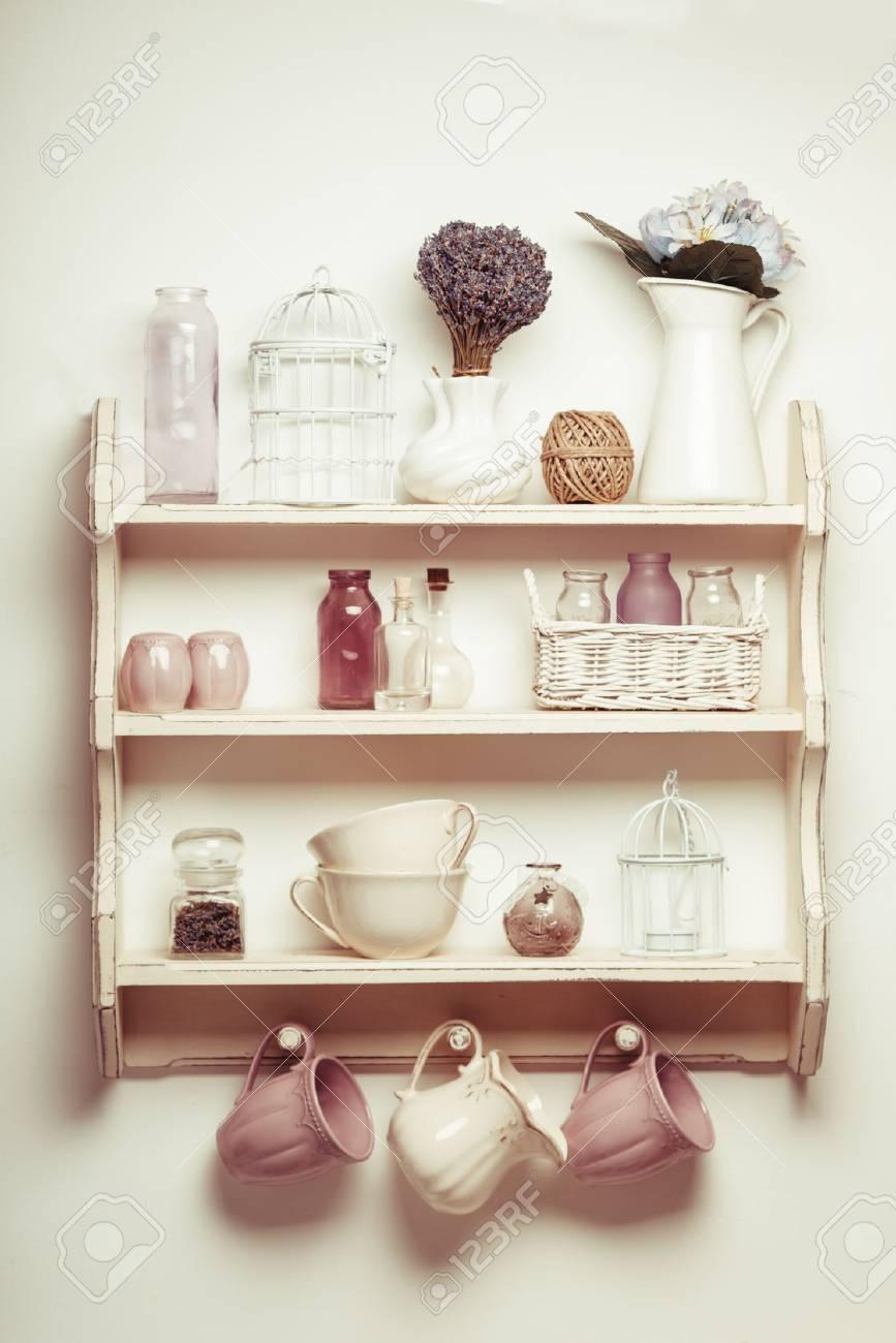Vintage-Regal in der Küche, Shabby Chic Stil mit Lavendel