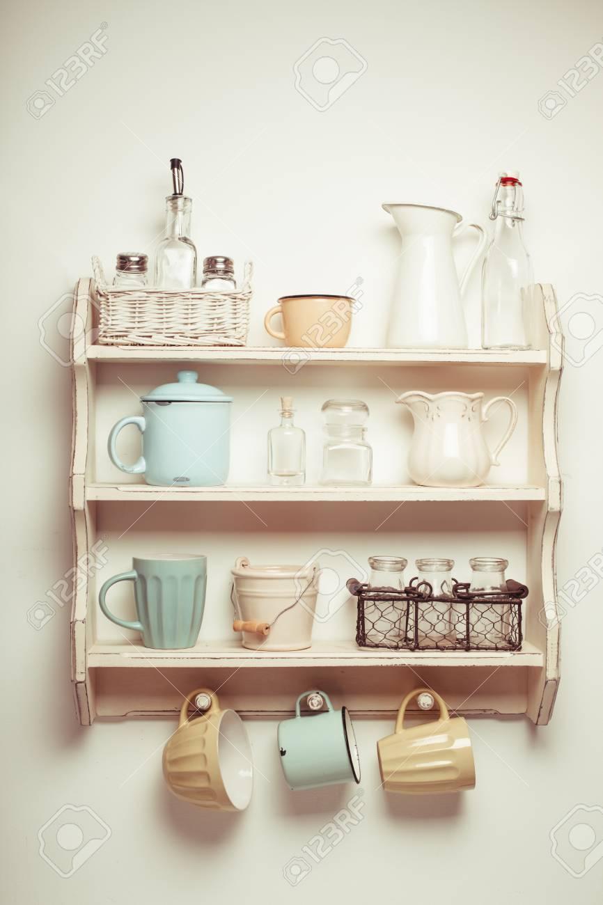 Vintage-Regal in der Küche, Shabby Chic Stil, retro getönten