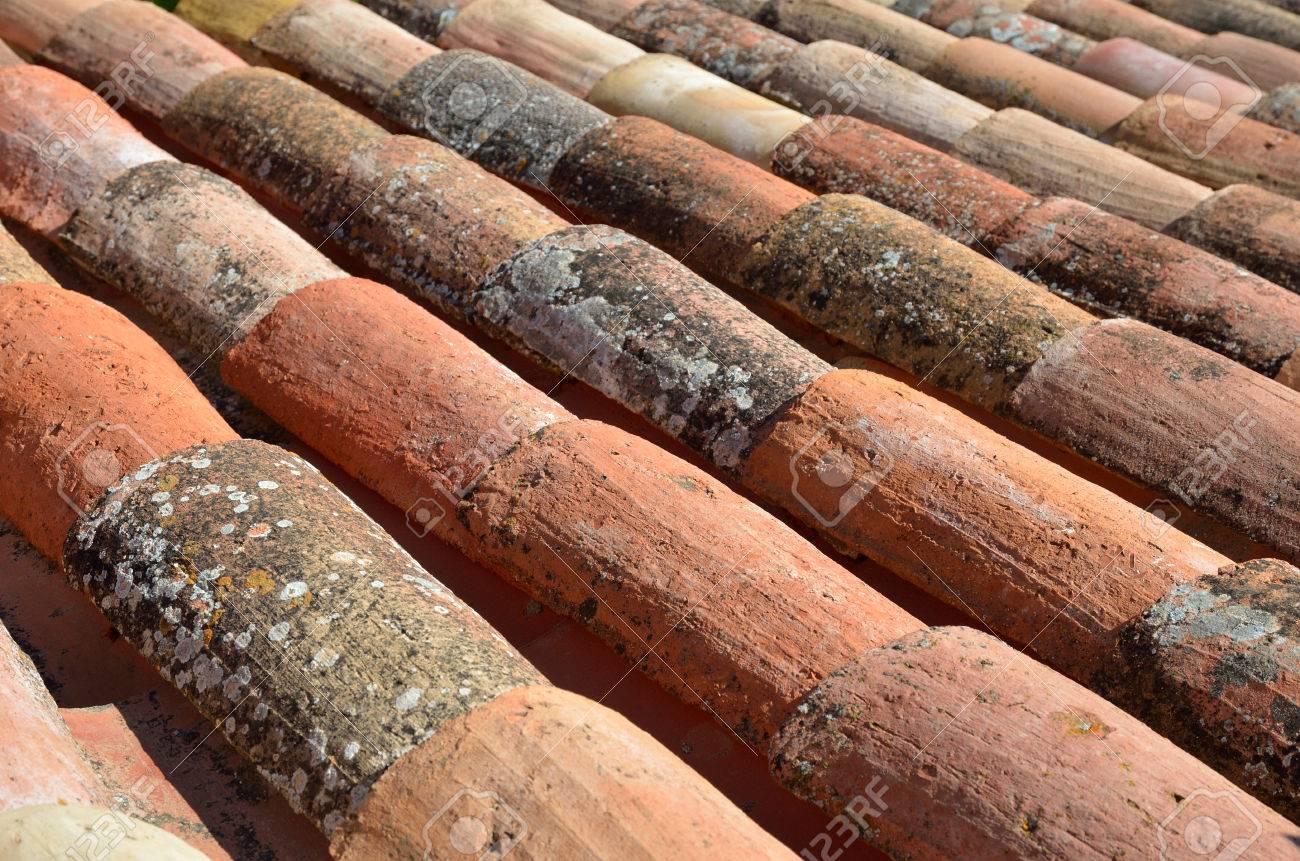 Come Dipingere Vecchie Tegole tetto di tegole vecchia tradizionale è fatto da materiali localmente  disponibili, come terracotta.