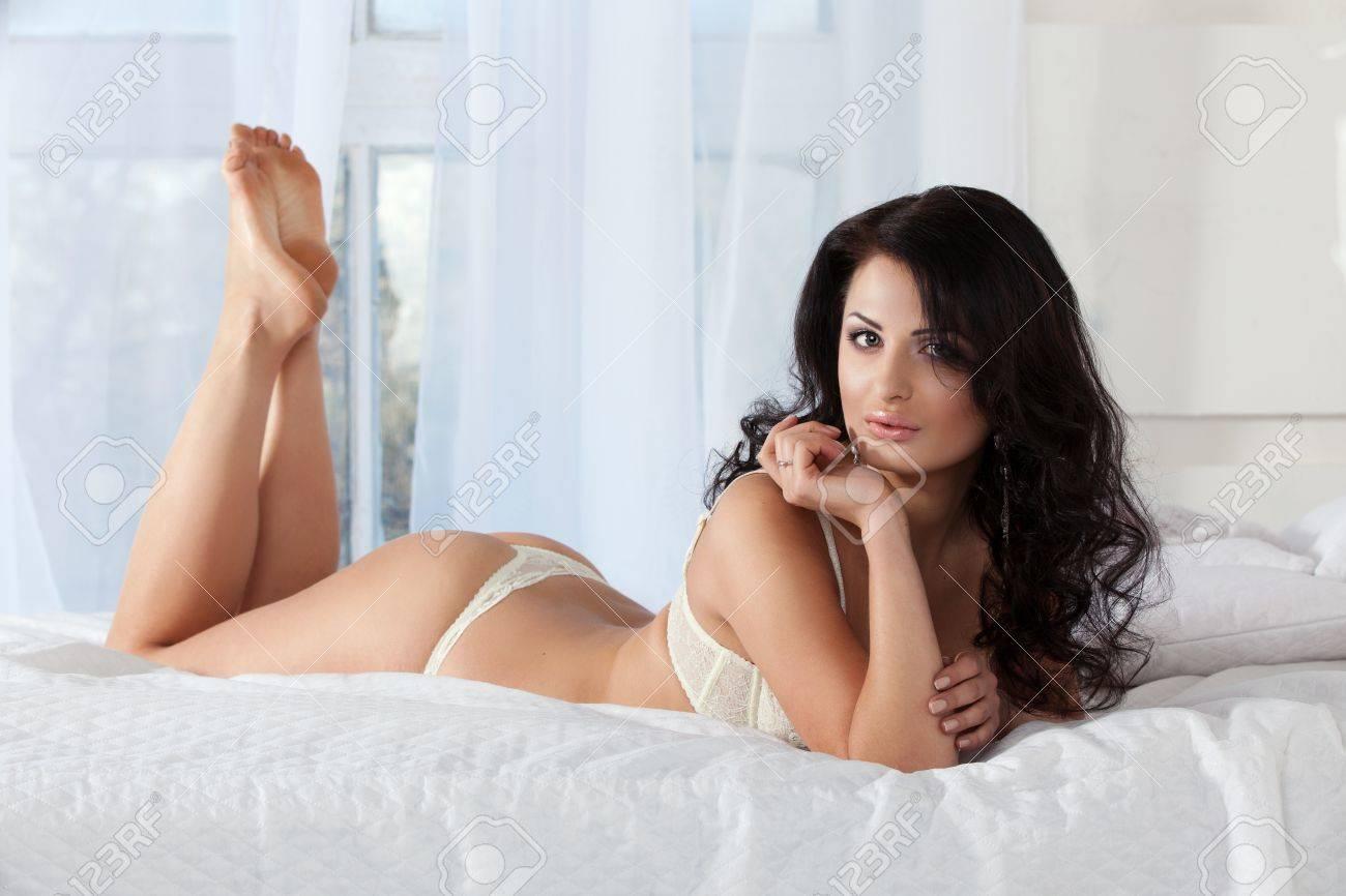 Schöne Frau In Einem Weißen Dessous Auf Dem Bett Lizenzfreie Fotos
