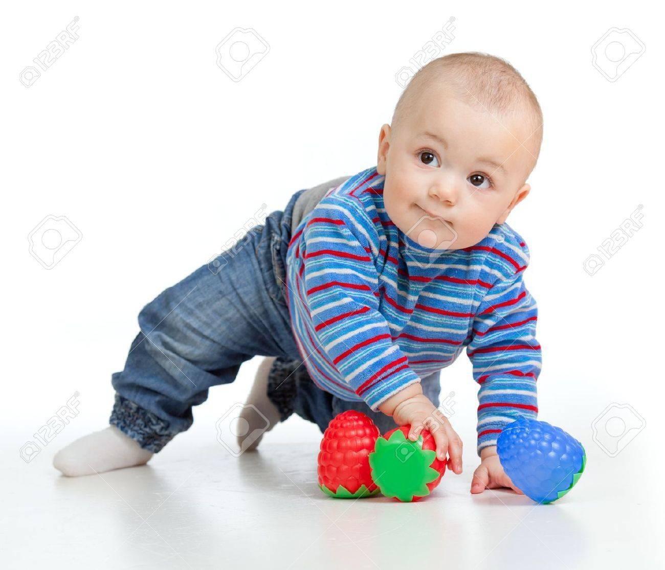 白で分離されたおもちゃで遊んで面白い赤ちゃん の写真素材 画像素材 Image