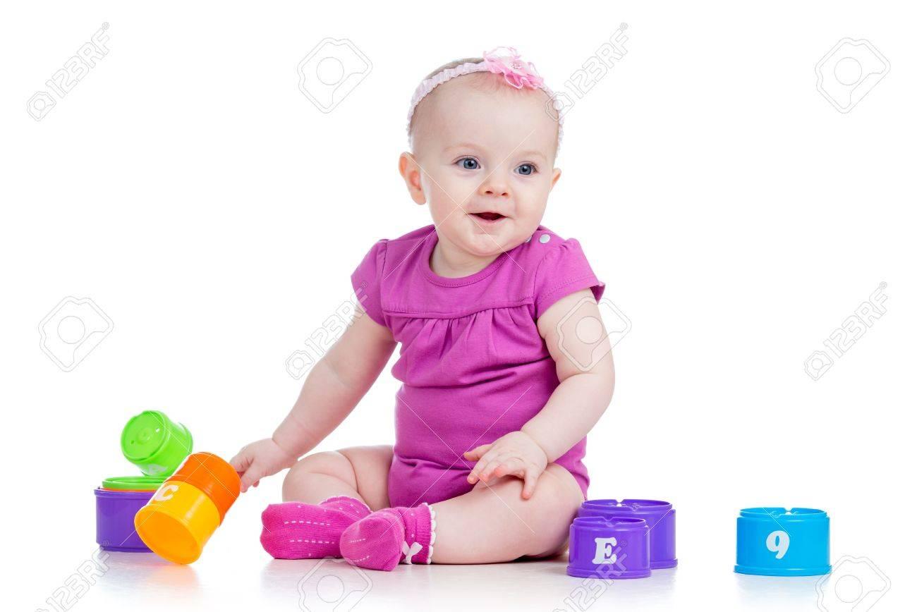 白で分離されたカップおもちゃで遊んで面白い赤ちゃん女の子 の写真素材 画像素材 Image